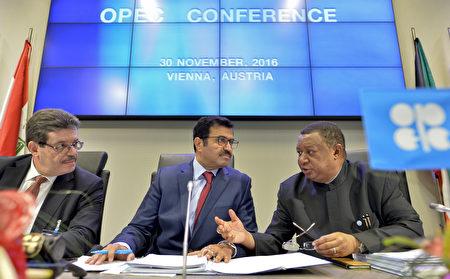 2016年11月30日,歐佩克組織在奧地利維也納總部舉行會議,達成了八年來首次的減產協議,油價隨後衝上50美元大關。 (HERBERT NEUBAUER/AFP/Getty Images)