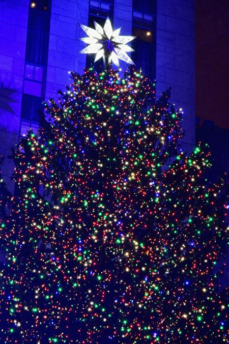 11月30日晚,成千上万的人冒雨齐聚曼哈顿市中心,观赏纽约洛克斐勒中心一年一度的圣诞树点灯仪式。(Theo Wargo/Getty Images)