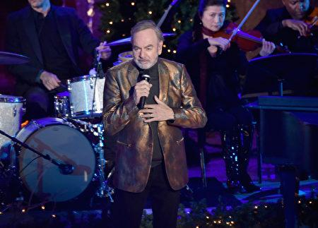 11月30日晚,成千上万的人冒雨齐聚曼哈顿市中心,观赏纽约洛克斐勒中心一年一度的圣诞树点灯仪式。图为歌手戴蒙。(Theo Wargo/Getty Images)
