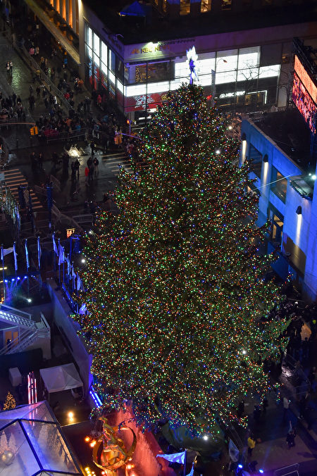 11月30日晚,成千上万的人冒雨齐聚曼哈顿市中心,观赏纽约洛克斐勒中心一年一度的圣诞树点灯仪式。(Michael Loccisano/Getty Images)