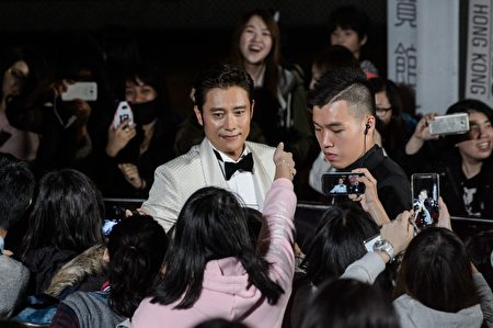 South Korean actor Lee Byung-hun (C) arrives on the red carpet at the Mnet Asian Music Awards (MAMA) at Asia-World Expo in Hong Kong on December 2, 2016. / AFP / Anthony WALLACE (Photo credit should read ANTHONY WALLACE/AFP/Getty Images)