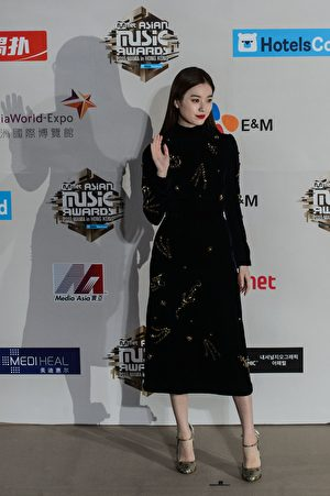 South Korean actress Han Hyo-joo arrives on the red carpet at the Mnet Asian Music Awards (MAMA) at Asia-World Expo in Hong Kong on December 2, 2016. / AFP / Anthony WALLACE (Photo credit should read ANTHONY WALLACE/AFP/Getty Images)