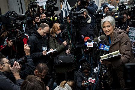 美国绿党总统候选人吉尔.斯坦(Jill Stein)5日在纽约市要求宾州进行全州重新计票。(Drew Angerer/Getty Images)
