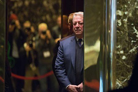 周一(5日),高尔出现在川普大厦。(Kevin Hagen/Getty Images)