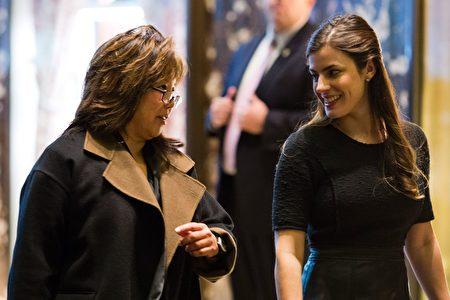 美国当选总统川普过渡团队成员透露,川普团队在考虑提名前美国联邦检察长杨黄金玉(左)担任美国证券交易委员会(SEC)主席。(DOMINICK REUTER/AFP/Getty Images)