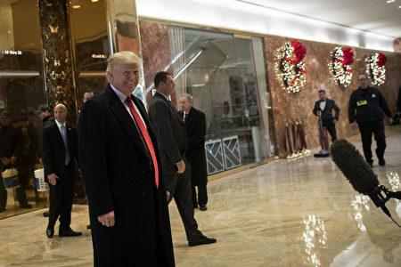 川普当选震惊美国主要媒体,对于选前各大媒体带着偏见报导大选新闻的原因,布莱巴特新闻归纳了十大盲点。(Drew Angerer/Getty Images)