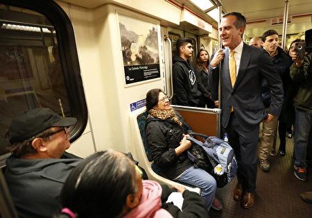 12月6日洛杉矶地铁接到炸弹警告,市长加西堤乘地铁以鼓励民众不要害怕。 (Photo by Al Seib - Pool/Getty Images)