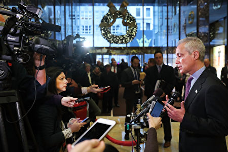 美国芝加哥等四个城市的市长联名致函给候任总统川普,为幼时跟随父母来美的非法移民请命,帮助他们安心留在美国。图为芝加哥市长7日亲交联名信后在川普大厦接受媒体采访。(Spencer Platt/Getty Images)