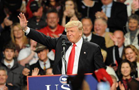 周四(12月8日),美国当选总统川普在爱奥华州的集会上呼吁改善中美关系。(Steve Pope/Getty Images)