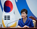12月9日,韓國總統府發佈照片顯示朴槿惠參加緊急內閣會議。 (South Korean Presidential Blue House via Getty Images)
