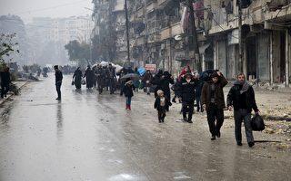 叙利亚反抗军周二表示,已与政府达成协议,平民和战士将可从第2大城市阿勒坡(Aleppo)反抗军仍然控制的地区撤离。(KARAM AL-MASRI/AFP/Getty Images)