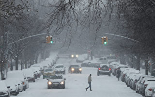 週六(12月17日),紐約布魯克林街頭大雪紛飛。(Spencer Platt/Getty Images)