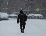 由於冬季風暴來襲,美國北部平原以及東北部相繼收到暴風雪的影響,聖誕節出行的上億人都受到暴風雪的影響。(Spencer Platt/Getty Images)