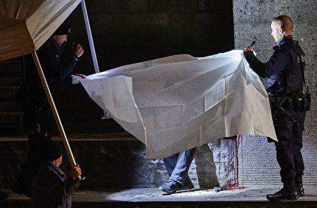 苏黎世警方用白布遮住自杀身亡的枪手。(MICHAEL BUHOLZER/AFP/Getty Images)