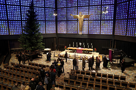 在纪念教堂里,人们排队等待在教堂留言簿上写下自己的感想。(Sean Gallup/Getty Images)