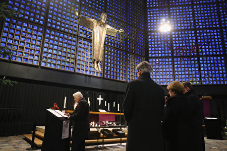 德国外交部长在教堂留言簿上写下了自己的留言(Sean Gallup/Getty Images)