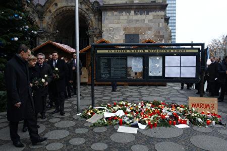 (从左到右)柏林市长穆勒、德国总理默克尔、德国内政部长德梅齐埃、德国外交部长施泰因迈尔和柏林内政部长盖泽尔于12月20日为柏林圣诞广告卡车恐袭中的死难者献花。 (Michela Tantussi/Getty Images)