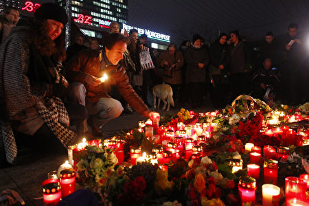 在遭受卡车恐袭的柏林圣诞市场的入口处,柏林市民在次日点燃蜡烛,献上鲜花,以表悼念。(Michele Tantussi/Getty Images)