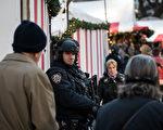 在柏林圣诞市场12月19日发生恐怖袭击之后,纽约全市的室外圣诞市场开始加强安保工作。而联邦执法当局也在12月23日发布全国警告圣诞节期间孤狼袭击教堂的可能性。(Drew Angerer/Getty Images)