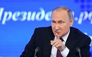 普京30日表示,俄不會驅逐美外交官,且會在川普就任美國總統後修復美俄關係。普京同時祝福川普、奧巴馬及美國人民新年快樂。(NATALIA KOLESNIKOVA/AFP/Getty Images)