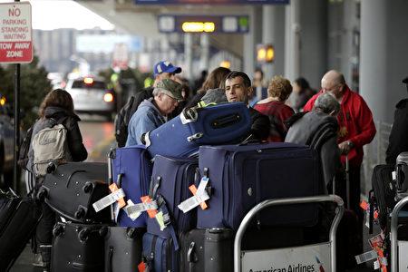 12月23日芝加哥奧黑而國際機場內,準備搭機出遊的旅行者。 (Joshua Lott/Getty Images)