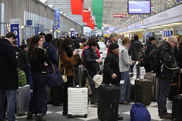 12月23日芝加哥奧黑而國際機場內,準備搭機出行的旅遊者。(Joshua Lott/Getty Images)