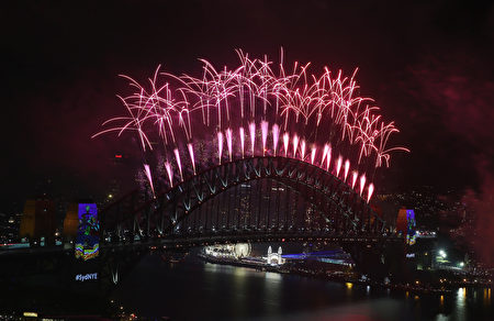 SYDNEY, AUSTRALIA - JANUARY 01: Midnight Fireworks are seen displayed on Sydney Harbour on New Year's Eve on Sydney Harbour on January 1, 2017 in Sydney, Australia. (Photo by Don Arnold/Getty Images)