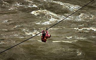 2007年9月15日,雲南福貢縣小學生通過吊鐵索跨越怒江上學和回家。(China Photos/Getty Images)