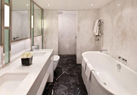 倫敦的康歐特酒店(Connaught)採用TOTO最頂級的NEOREST全自動坐便器及其系列產品。(圖片TOTO提供,灣區衛浴店Gooder Supply販售)