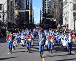 2016年,酆雪(前排指揮)參加加拿大溫哥華聖誕大遊行。(酆雪提供)