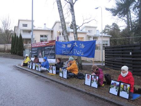 2016年12月10日是國際人權日,芬蘭部分法輪功學員到首都的中領館前和平抗議,呼籲中共立即停止活摘法輪功學員器官。(李樂/大紀元)