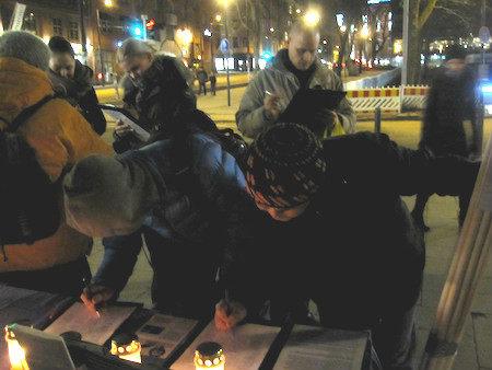 12月10日下午,芬蘭部分法輪功學員在首都市區進行燭光守夜,悼念被迫害致死的法輪功學員。民眾踴躍前來簽名,反對迫害。(李樂/大紀元)