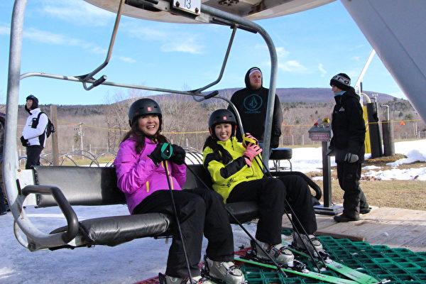 坐缆车上山滑雪。(大纪元)
