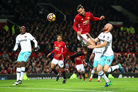凭借前锋伊布(中)头球攻门得手,曼联本轮在主场同西汉姆联1-1战平。(Alex Livesey/Getty Images)
