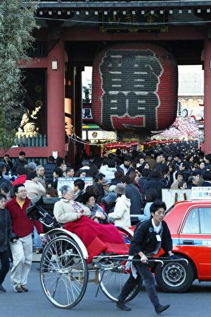 到浅草的观光客最先注意到的,就是在车道上奔跑的人力车了。若你对神社佛阁等日本历史感兴趣,也可以跟车伕说。他们会根据你前往的地点选择方案,还会加入各种解说。(Koichi Kamoshida/Getty Images)