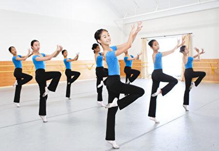 飛天藝術學院系統性的教授中國古典舞。(加州飛天藝術學院提供)