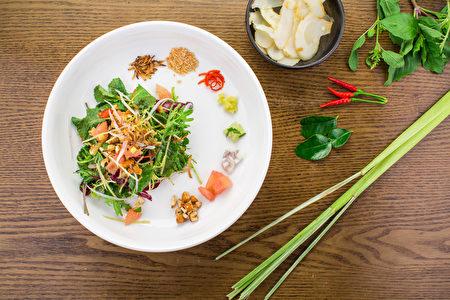 泰國人於濕熱雨季喜吃的蜜顏康沙拉 。(Bill Xie/大紀元)