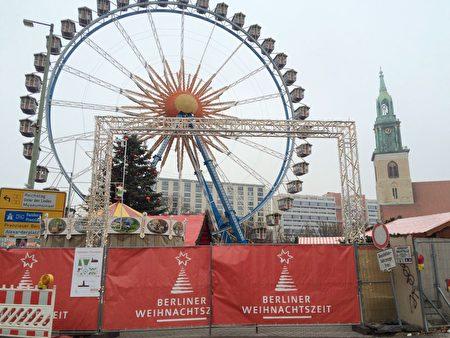 柏林市政府前的圣诞市场关闭,取而代之的是媒体的车在市政府大楼外等待报导新闻。(周仁/大纪元)