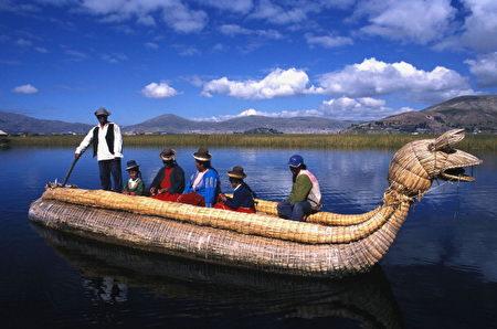 居住于的的喀喀湖畔的乌卢斯人搭乘自己编制的芦苇船。(Francois ANCELLET/Gamma-Rapho via Getty Images)