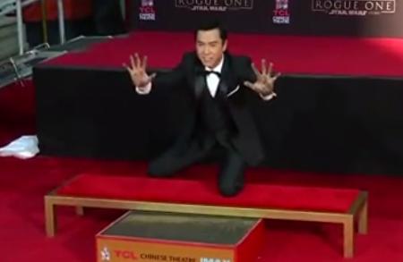 11月30日,香港武打明星甄子丹开心地在好莱坞星光大道的TCL中国剧院留下了自己的手、足印。(新唐人电视台提供)