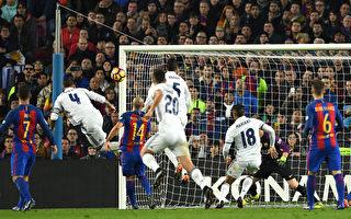 常規比賽時間最後一分鐘,隊長拉莫斯(四號)頭球破門,助皇馬1-1扳平比分瞬間。 (David Ramos/Getty Images)