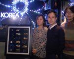 摄影总监JunHwan Chang(中)与韩裔摄影师YJ Kim(左)、JS Soh(右)合影。 (韩瑞/大纪元)