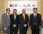 有意竞选纽约市市长的第11选区州参议员艾维乐(Tony Avella,右二)14日访问大纪元、新唐人媒体集团总部。 (钟鸣/大纪元)