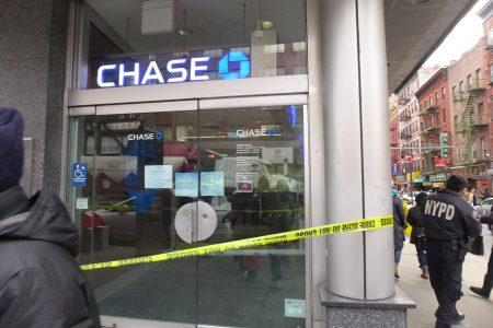 昨天下午,华埠勿街夹坚尼路的大通银行遭打劫。