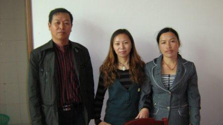 姚诚(左)和被找到的萧光艳(右)及另一个被拐卖的女孩。