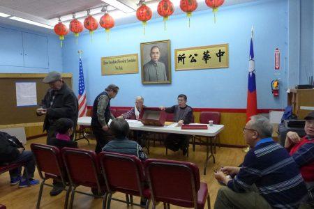 11月26日,紐約中華公所就華埠各表演團體的匯演日期分配進行抽簽。 (蔡溶/大紀元)