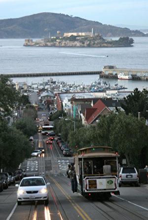 搭乘缆车是来旧金山旅游一定要体验的特色之一。(GABRIEL BOUYS/AFP)