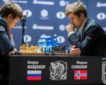 挪威選手卡爾森(Magnus Carlsen,右)獲得2016國際象棋世界錦標賽冠軍。 (EDUARDO MUNOZ ALVAREZ/AFP/Getty Images)
