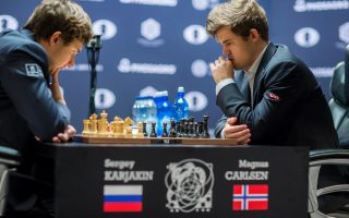 挪威选手卡尔森(Magnus Carlsen,右)获得2016国际象棋世界锦标赛冠军。 (EDUARDO MUNOZ ALVAREZ/AFP/Getty Images)