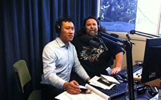堪培拉社区广播电台1 WAY FM的主持人主持人布罗斯南(Mark Brosnan)于11月22日下午专门邀请法轮功学员德明到其位于首都堪培拉的录音棚进行现场采访并直播。(本人提供)